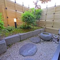 【和室8畳(バス・トイレ付き)】小さな庭付き。のんびりお過ごしください。