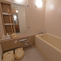 【和室8畳(バス・トイレ付き)】和室のお風呂はセパレートタイプとなります。