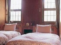朝日が差し込む寝室でゆったりお目覚め