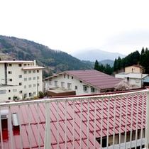 あるお部屋からの景色。ハチ北の山がご覧いただけます。