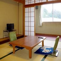【和室6畳(洗面付)一例】窓の外にはハチ北の山がご覧いただけます!ゆっくりお寛ぎ下さいね。