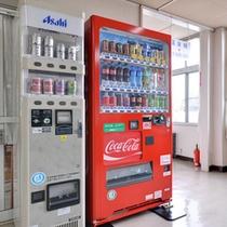 *自動販売機/湯上りに冷たいジュースでひと休み。