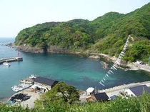 鎧駅から海を望む・・・5月は鯉のぼりが沢山海を渡っています。