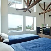 メゾネット/9畳の2階にはツインベット。寝転がって海やテレビを眺めることができます。