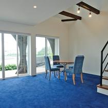 メゾネット/1階は13畳の吹き抜けリビング。大きな窓からは海を一望!