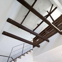 メゾネット/1階は吹き抜け。高い天井には光が差し込みます。