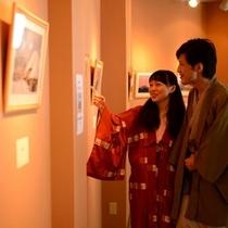 <館内施設>2階の回廊ギャラリー。県内の作家先生の作品を多く展示しております。