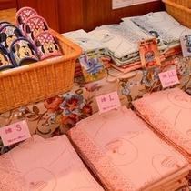 カワイイお子様用の浴衣やスリッパ。女性の羽織も種類が豊富です。