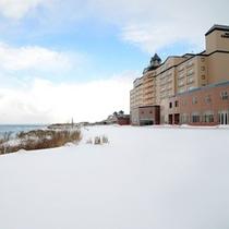 日本海を見おろす高台にあるホテルグランメール山海荘(冬)
