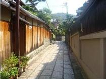 ≪周辺≫「石塀小路」石畳の風情漂う通りで、東山エリアの観光の抜け道。当館のすぐそば。