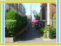 ≪当館付近≫八坂神社の桜門をくぐって2つ目の筋がこちら。右折してすぐです。