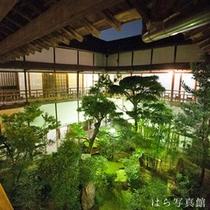 *館内一例/夜になると、中庭がライトアップされ、ちょっぴりロマンチックに…♪