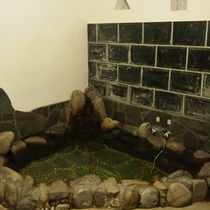 岩風呂が男女1種ずつ。宿泊者様が少ないときはご家族風呂もOK。