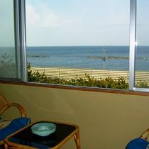 *3階和室からの眺望/海を眺め、波の音を聴きながら静かにお過ごしいただけます。