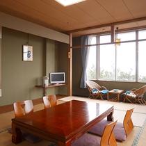 *3階和室12畳一例/当館で一番広い12畳のお部屋。窓の外に鵜の浜海岸を一望できます。