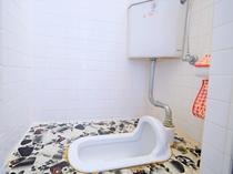 【男子トイレ(共同)】和式トイレをご利用ください
