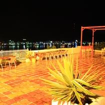 夜、テラスから対岸の夜景が一望できます。