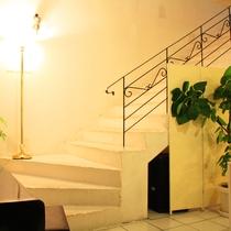 館内階段:異国情緒あふれる造り。2階は客室です。