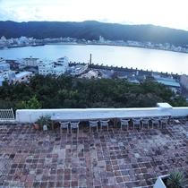テラスで海風にあたり、朝の気持ち良い目覚めを。