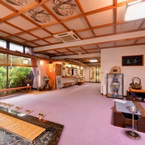 *ロビー/新潟の高瀬温泉街に佇む当館。素朴で温かみのある設えに心が和みます。