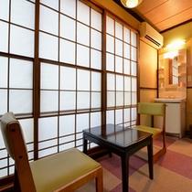 *和室8畳(客室一例)/窓越しに腰かけて、旅情に浸るひと時を。