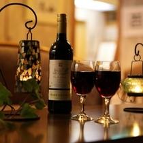 【ラウンジ夜の顔】照明を落としラウンジで静かにキャンドルが揺れる。若女将おすすめのワインはいかが?