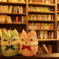 お客様が作ってくれた折り紙や版画、すてきな写真なんかも飾ってます(^^)