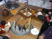 かまくら「マンモス」でのかまくらランチ、岩魚の塩焼き、芋汁付