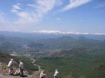 遠く会津駒ケ岳を望む 新緑のスキー場山頂から