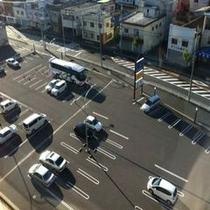 駐車場平面で150台(大型バス乗務員のみの場合1台2000円)の広さの駐車場を完備