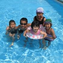 この夏の家族の思い出はプール遊びだ!
