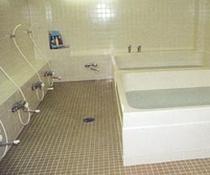「浴室」 明るく清潔感のある浴室。足を伸ばしてお入りいただけます