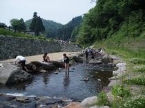 里山の川遊び