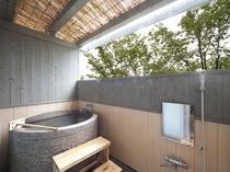 1階温泉付き和室の半露天風呂