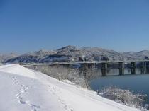 雪の北上川・2