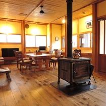 別館の共有スペースには暖炉があります。