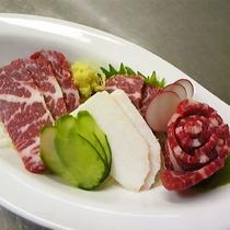 【馬刺し】熊本といえば…やっぱり馬刺し!新鮮で美味しい馬肉にこだわっています。