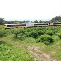 *客室の窓からはJR五能線の列車が。鉄道ファンには嬉しいトレインビューが楽しめます。