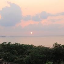 *大浴場から見える夕日/夕焼け空の中、沈みゆく夕日を眺めながらの入浴は身も心も休まります。