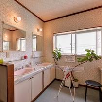 *共同洗面処/ご宿泊のお客様専用の洗面スペース。ご自由にご使用ください。