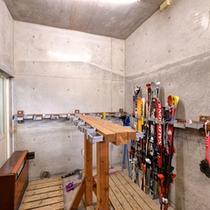 *スキー乾燥室/スキー板やボードの乾燥はこちらで。ご自由にご利用ください。