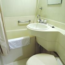*客室一例/ユニットバス。タオル、バスタオル、石鹸はご用意しております。歯磨きセットはフロントにて。