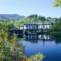 湖面に木々の緑が映り鮮やかなコントラストを形成します