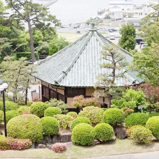 自然を感じる庭園に建つ六角堂 写真提供:楽天トラベル