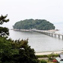 三河湾に浮かぶ竹島を眺める