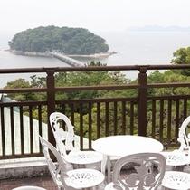 レストランのテラスから眺める竹島