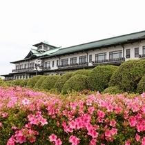 歴史と自然を感じるホテル外観