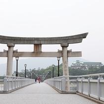 竹島の鳥居から眺める蒲郡クラシックホテル