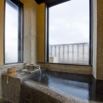 【雪タイプ】2階にある内風呂/大きな窓があるので寒い日でも夜空をご覧いただけます。