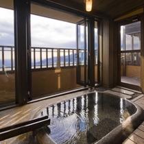 【月タイプ】1階にある内風呂/窓を開け放つと半露天風呂の気分を味わえます